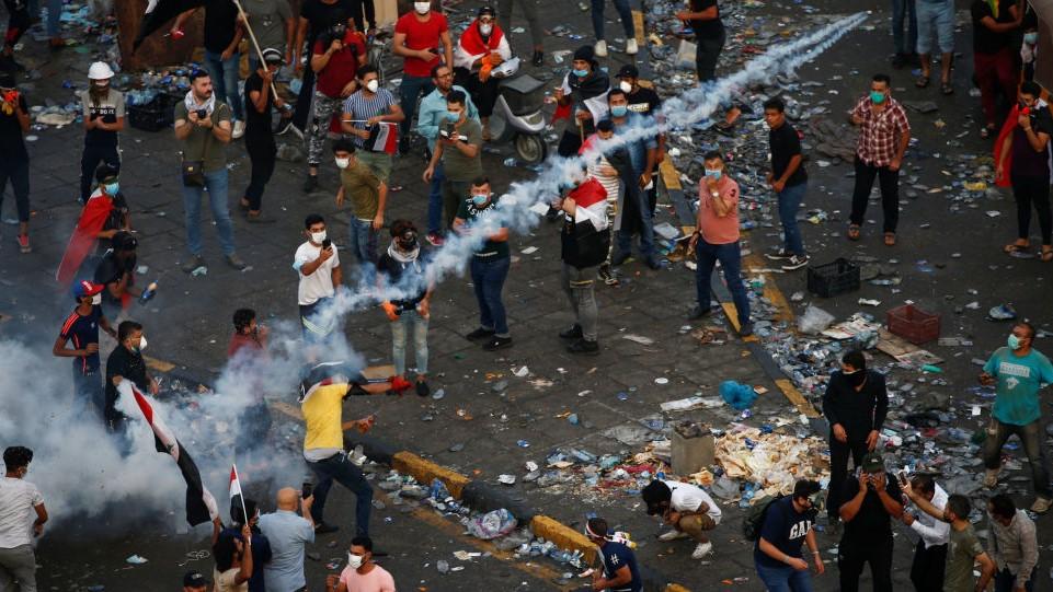تصاعد حدة الاحتجاجات في محافظات عراقية واندلاع صدامات مع القوات الامنية