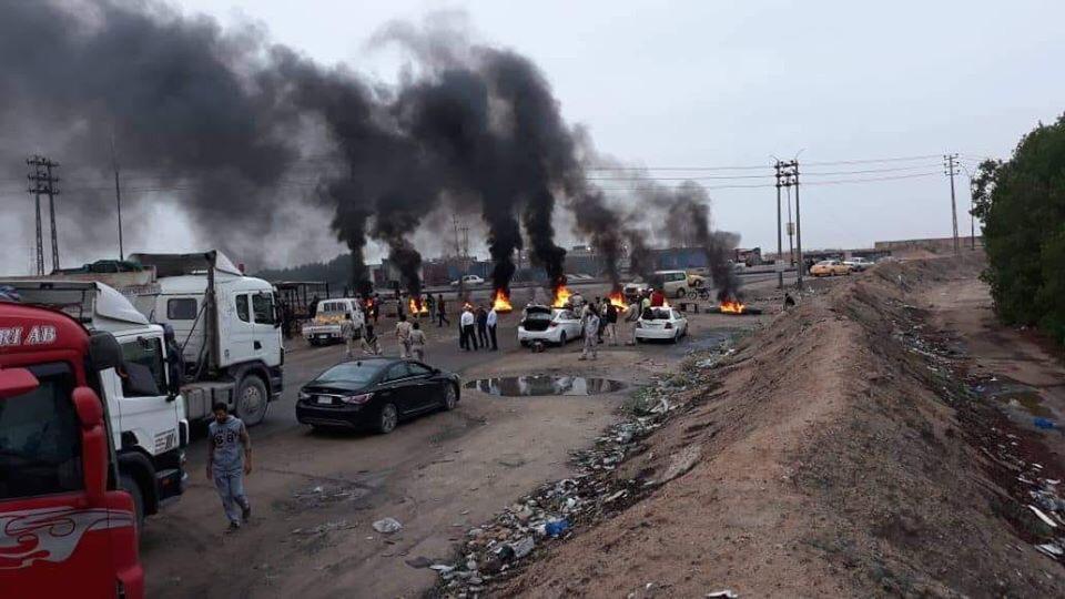 محتجون يقطعون طرقا مؤديةً الى خمسة حقول نفطية وميناءين اقصى جنوبي العراق
