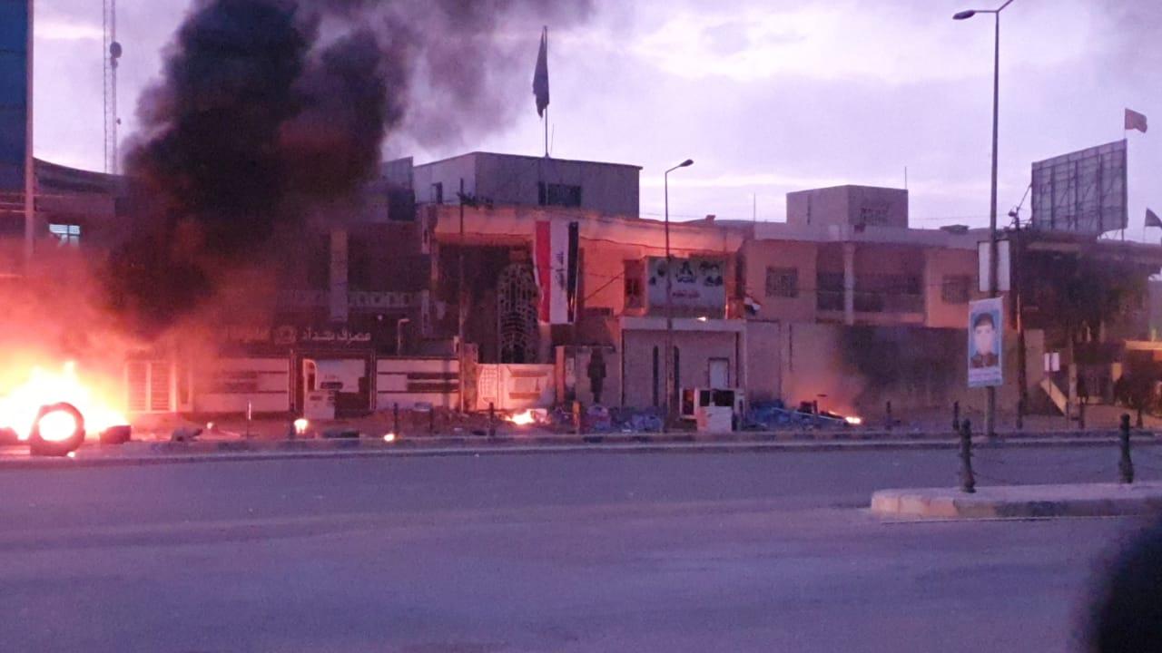 مصابون باستهداف مبنى محافظة البصرة بقنبلة وحرق مقار حزبية في بابل