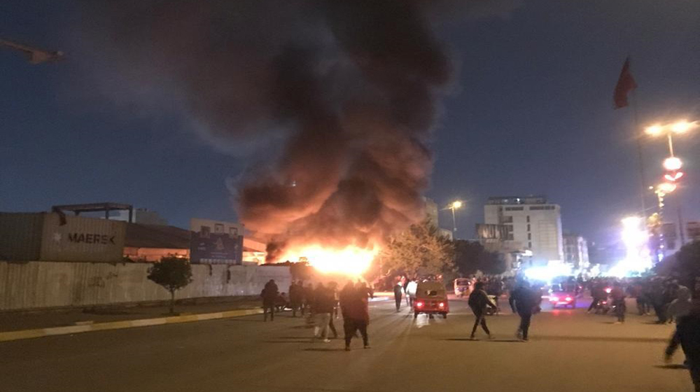 بالصور.. متظاهرون يحرقون مخيم المدرسي