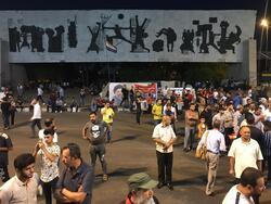 الصدريون والمدنيون يتظاهرون ضد الحكومة والبرلمان بساحة التحرير وسط بغداد