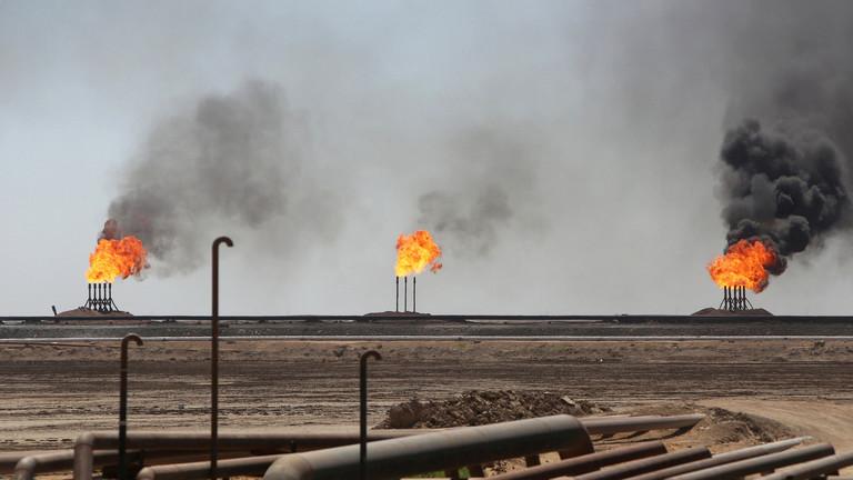"""النفط يتراجع مع بيانات """"سيئة"""" من أكبر مستورد بالعالم"""