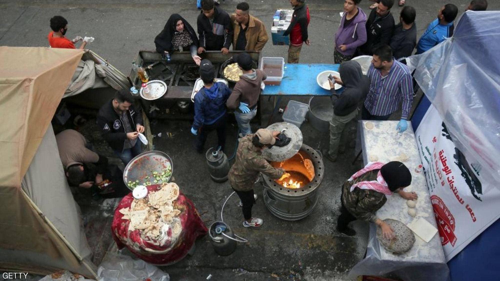 """في عاصمة احتجاجات.. مائدة """"غير طائفية"""" تجمع العراقيين"""