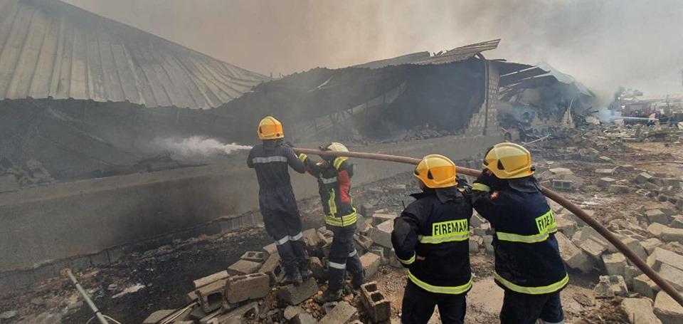صور .. فرق الاطفاء تخمد حريقا اتى على 6 مخازن تجارية في اربيل