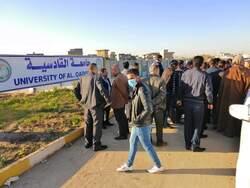 محتجون يغلقون جامعة القادسية