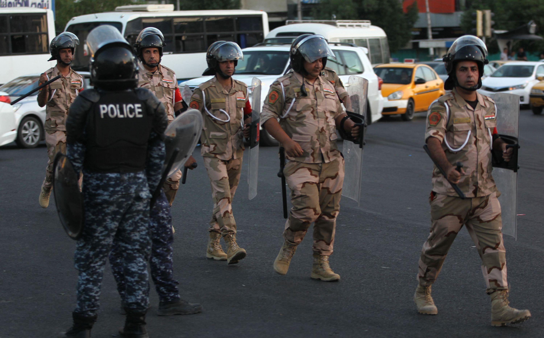 السلطات تعلن اصابة ضابط وعنصر امن بهجوم بقنبلة قرب ساحة التظاهرات ببغداد