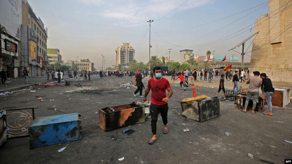 حصيلة قتلى احتجاجات العراق ترتفع لـ35 والمتظاهرون يكسرون حظر التجول