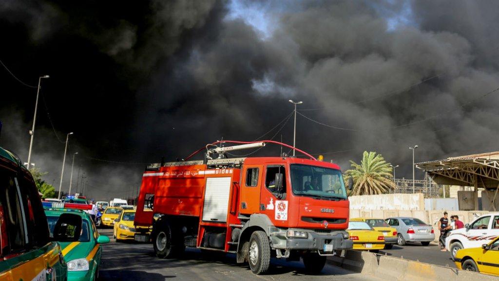 35 فرقة اطفاء تعمل على اخماد حريق بمخازن تجارية شرقي بغداد