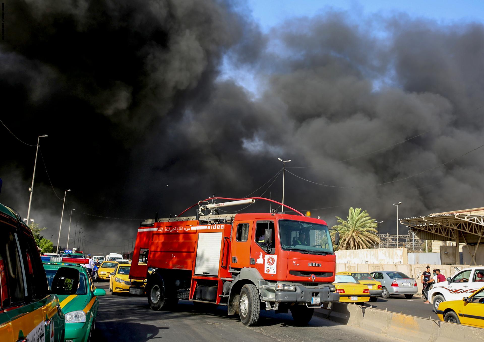 عملية اخلاء لسكان مبنى في بغداد تعرض لحريق