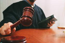 خبير قانوني: سريان المادة 140 من الدستور صحيح وملزم للسلطات كافة