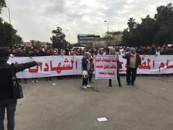 الشهادات العليا يعاودون احتجاجاتهم ووزارة تمنعهم من المرور من امام مبناها وسط بغداد
