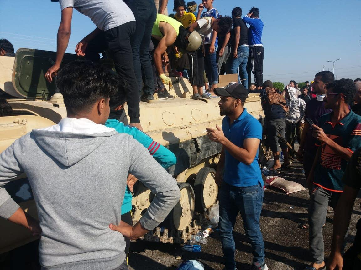 فيديو.. لحظة سيطرة محتجين على مدرعة عراقية في البصرة