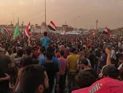 المحتجون يقطعون طرقا حيوية في بغداد وصدامات مع الامن وحصيلة الضحايا ترتفع