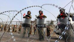 اغلاق المنطقة الخضراء بالتزامن مع وصول الاف المتظاهرين رفضاً لحكومة علاوي