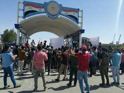 Hundreds of demonstrators gather south of Iraq demanding their wages be paid
