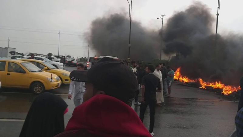 محتجون يغلقون شوارع رئيسة بثلاث محافظات عراقية