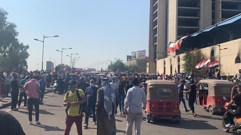 القوات الامنية تستخدم الرصاص الحي لمنع عبور المتظاهرين جسر الجمهورية