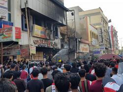 صور .. اندلاع حريق في مطعم قرب خيام المحتجين في ساحة الحبوبي بذي قار