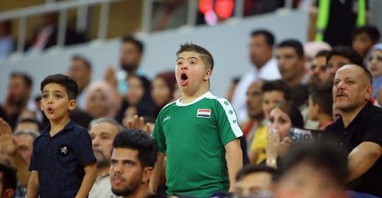طفل عراقي يخطف الأنظار في مباراة منتخب بلاده مع اليمن