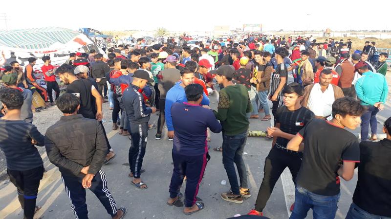 """توافد المحتجين لساحات الاعتصام بثلاث محافظات بغياب """"القبعات الزرق"""""""