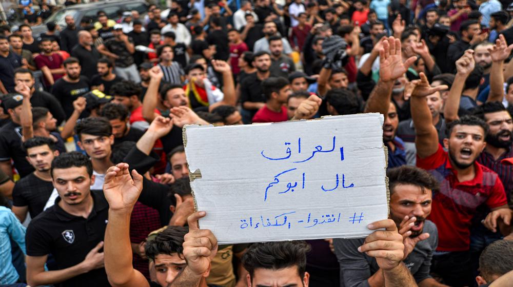 """فيديو.. متظاهرون يصلون التحرير رداً على اقتحامها من """"القبعات الزرق"""""""