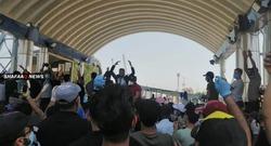 المئات يتظاهرون في البصرة احتجاجا على عدم صرف رواتبهم منذ اشهر