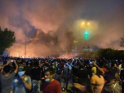 محتجون يحرقون مبنى مجلس محافظة كربلاء