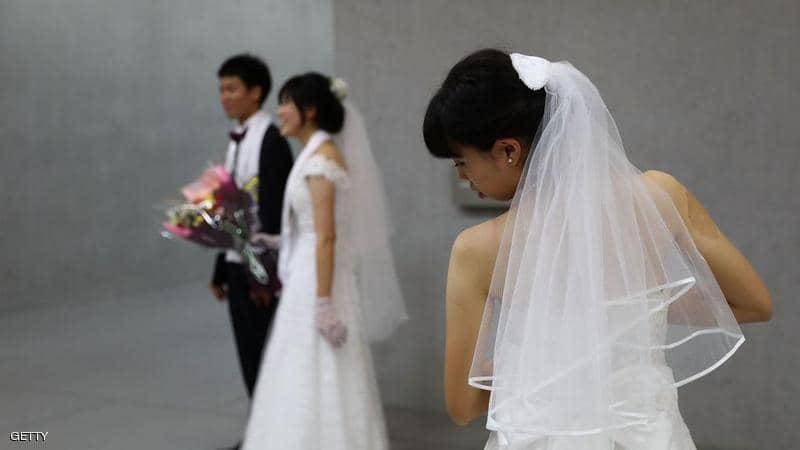"""مواطنو بلد آسيوي يعزفون بشكل """"مقلق"""" عن الزواج"""