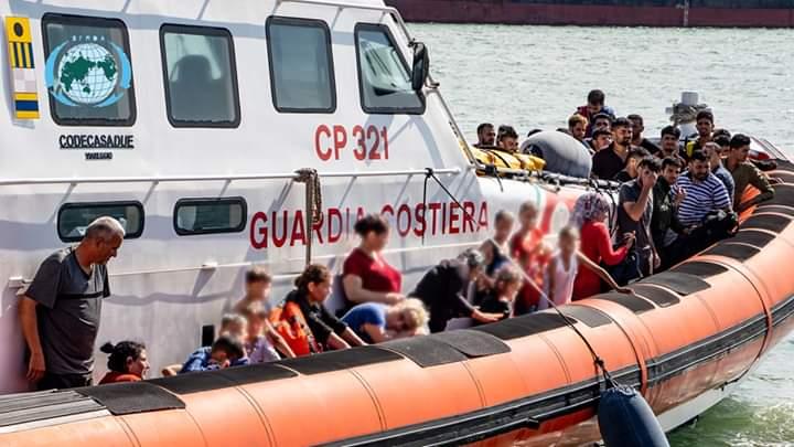 صور .. خفر السواحل الايطالي ينقذ 80 مهاجرا عراقيا بينهم اطفال ونساء