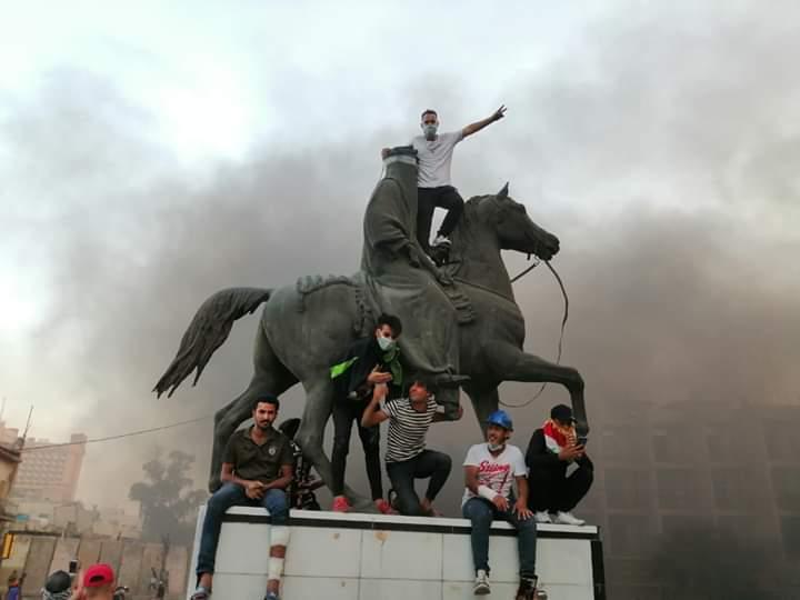في تكتيك جديد.. محتجون يغلقون طرقا ببغداد ويحاصرون مقر عبدالمهدي