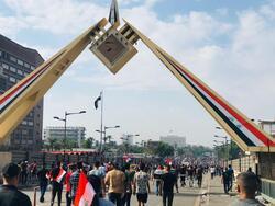 المتظاهرون يصلون لبوابة البرلمان العراقي