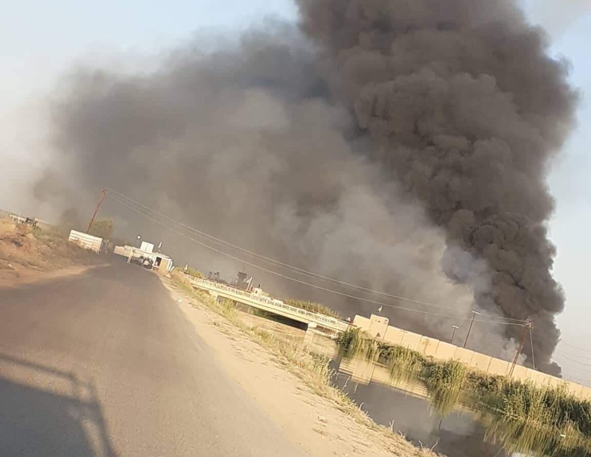 صور .. انبعاث دخان اسود كثيف قرب قاعدة جوية عراقية
