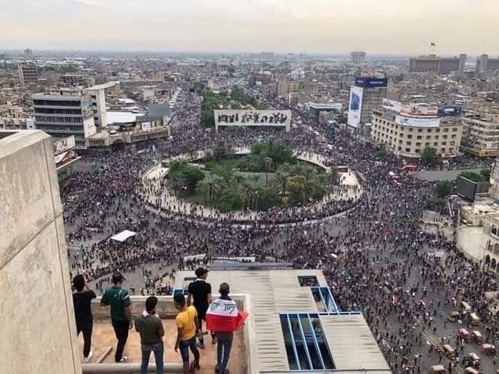وزير الداخلية العراقي يأمر بتوزيع المياه والعصائر على المتظاهرين