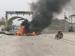 صورة .. متظاهرون عراقيون يضرمون النيران امام معبر حدودي مع الكويت