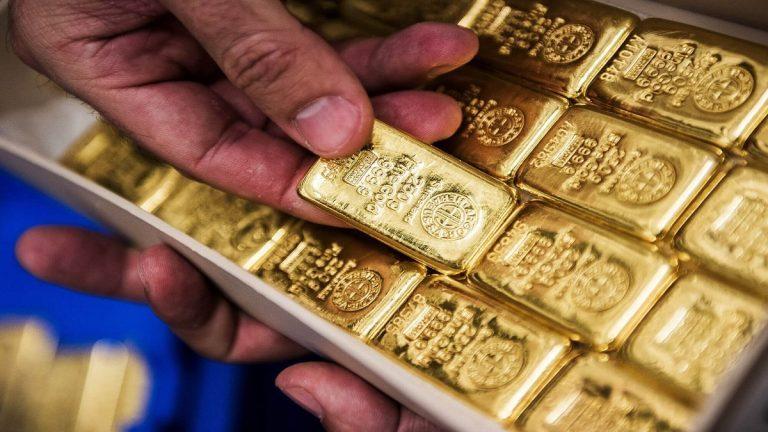 الذهب يقلص مكاسبه بعد صعود قياسي مع توقف تراجع الدولار