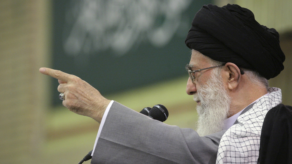 صور.. خامنئي يمسك بسلاح أثناء إلقائه خطبة صلاة العيد