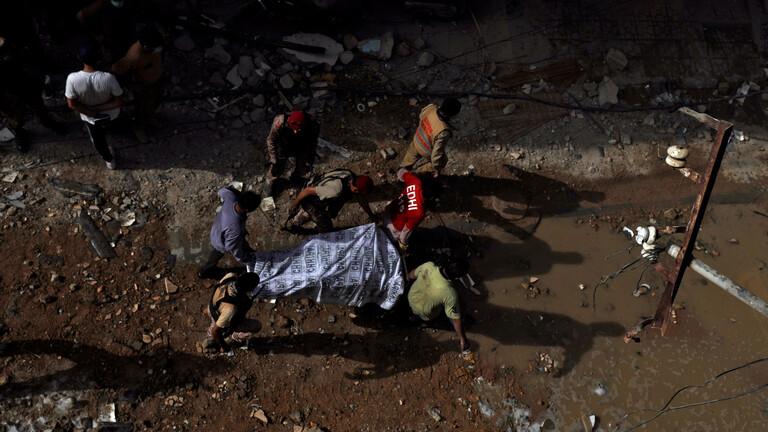 مسؤول باكستاني: نجاة راكب واحد على الأقل جراء تحطم الطائرة
